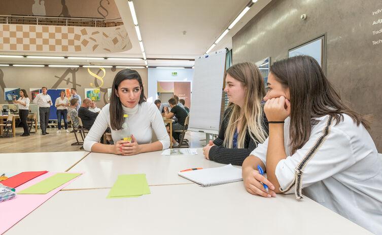 Aya Jaff unterstützt die Schüler bei der Ausarbeitung der Ideen