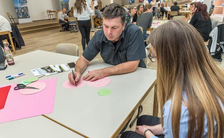 Mentoren geben den Schülern wertvolle Tipps