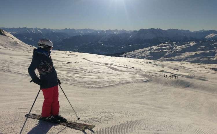 Ausblick Auf Die Schneebedeckten Berge Bereit Fuer Die Abfahrt