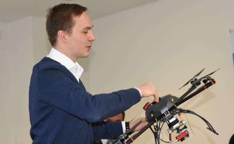 Gründer mit Drohne