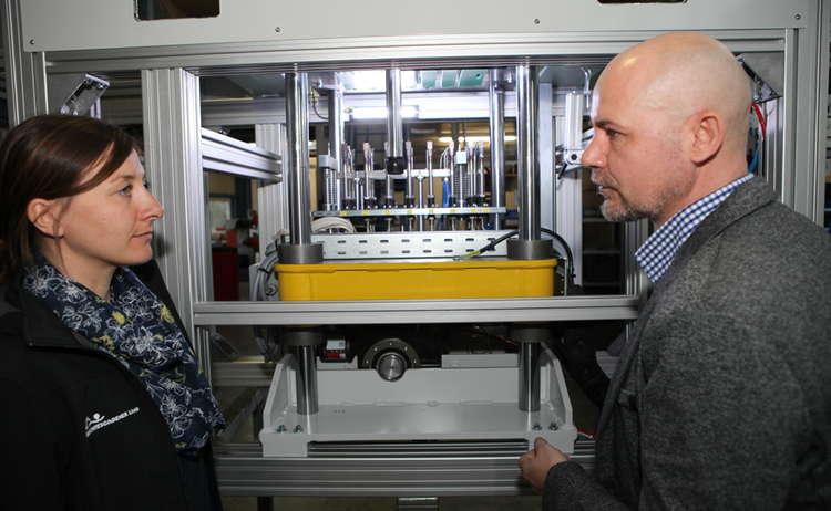 Geschäftsführer Erich Rembart erklärt die Maschinen