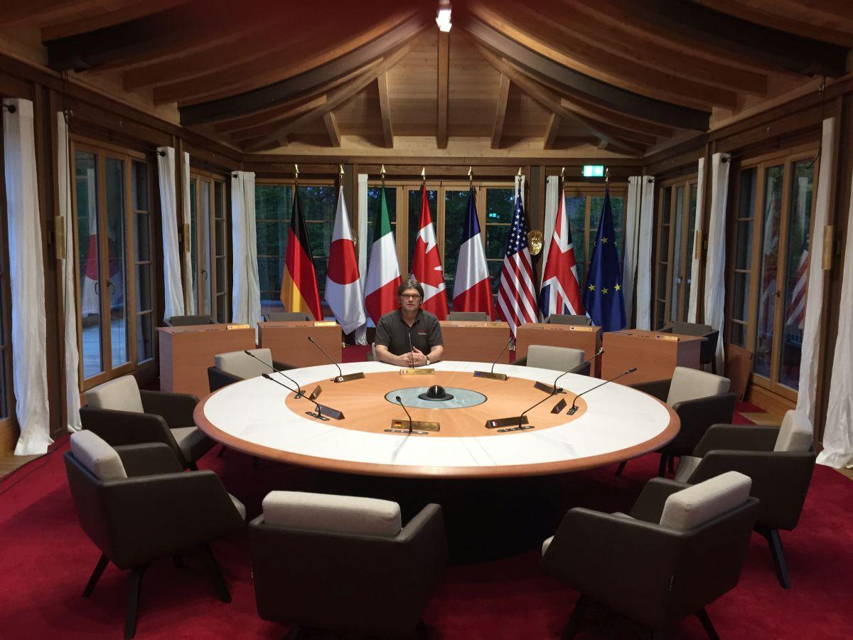Johannes Haas am fertigen G7 Konferenztisch